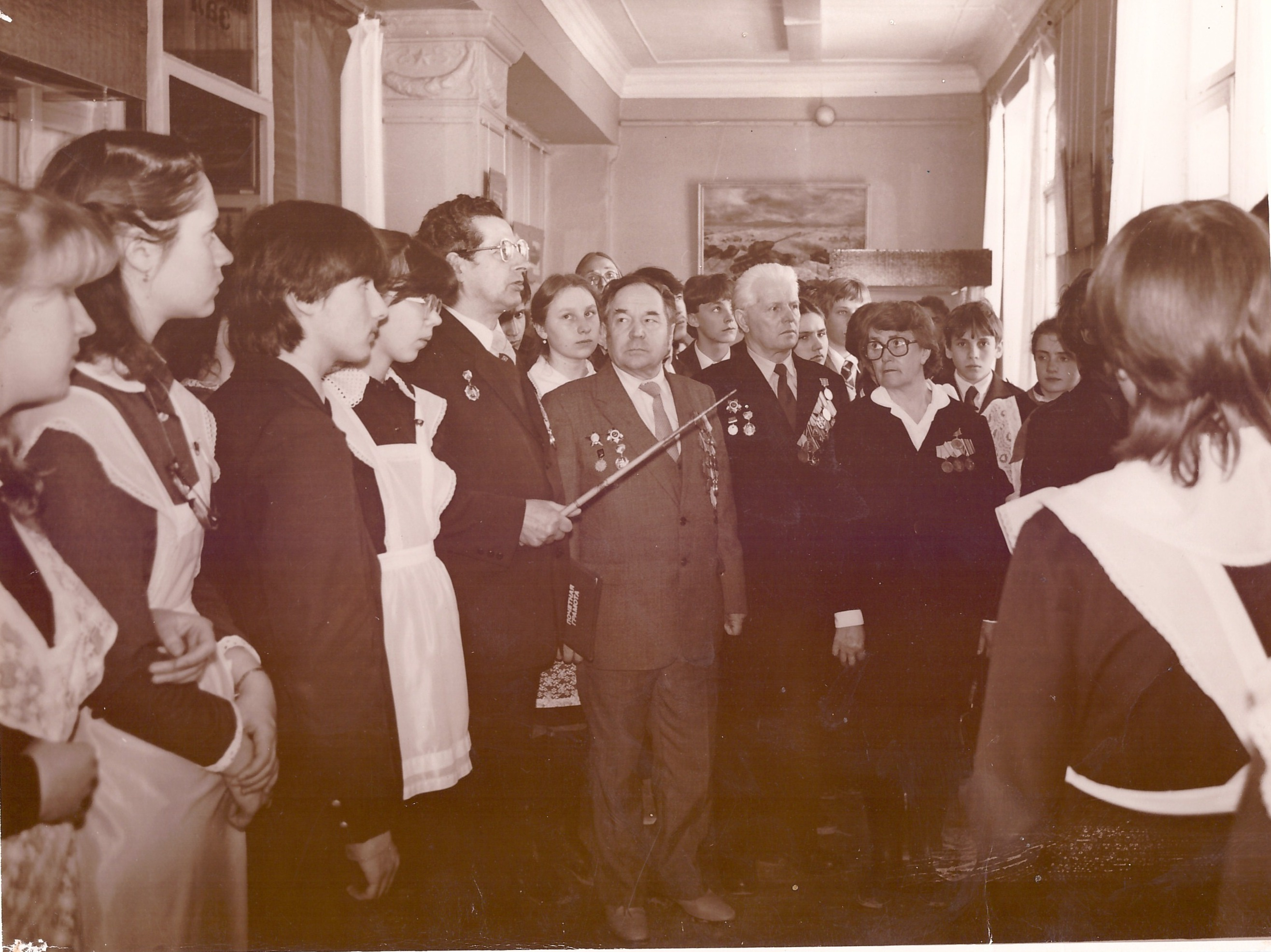 П.К.Шищенко с ребятами школы № 1 в краеведческом музее